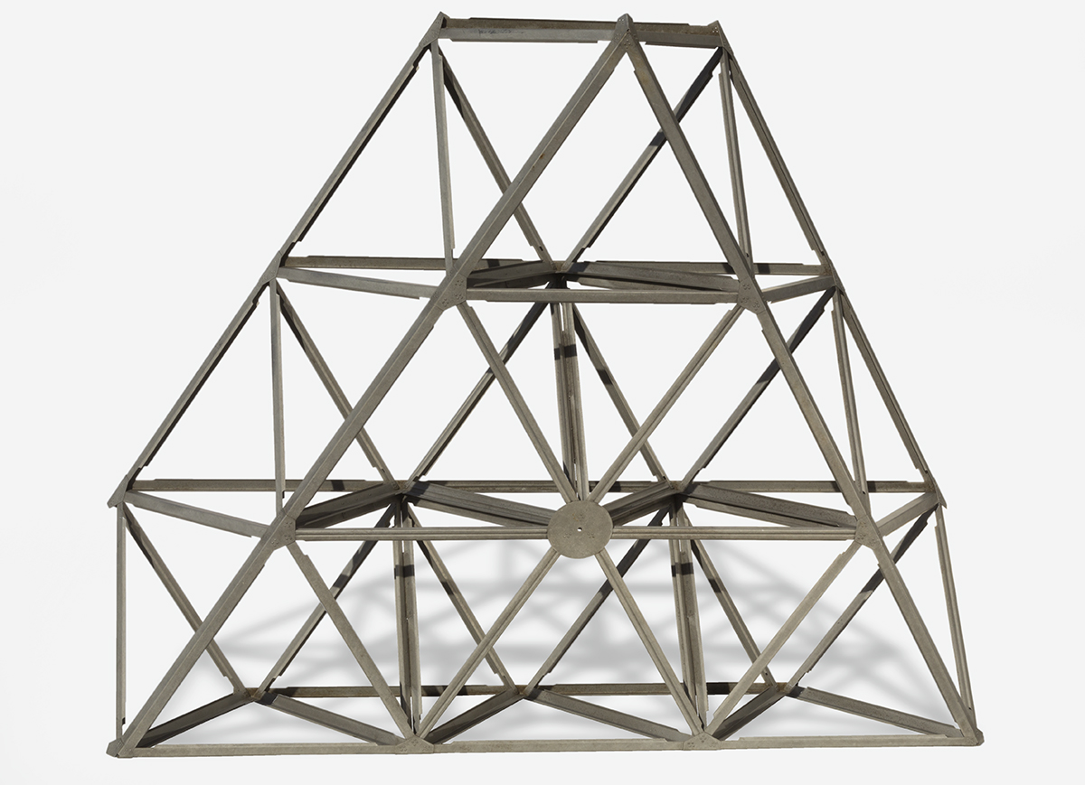 Trapezoidal structure made of metal bars